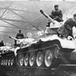 Танки идут на фронт. Танки Т-34 обр. 1942 г. из цехов Уралмаша. Свердловск.