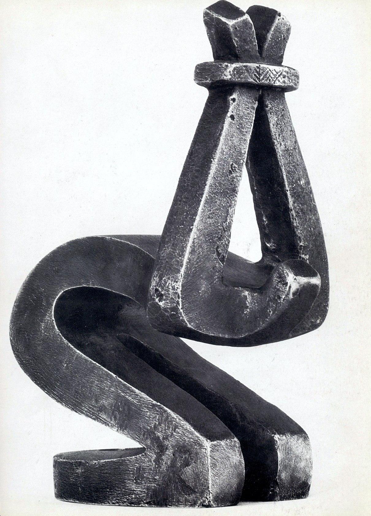 скульптура человека со связанными и вывернутыми руками