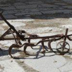 Старый ржавый механизм - плуг