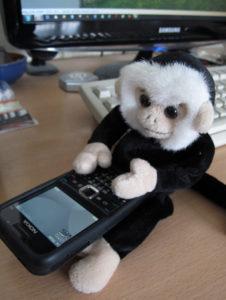 Игрушечная обезьянка с телефоном