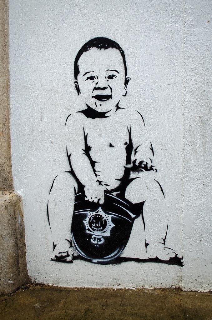 Графити Банкси. Ребёнок и шлем полицейского