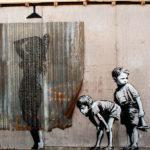 Графити. Мальчишки подглядывают за девушкой в душевой